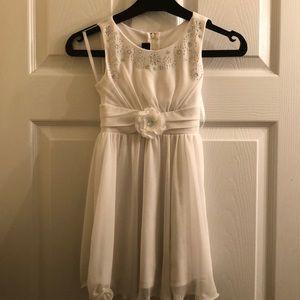Girls sz 5 beautiful white diamond 💎 accent dress
